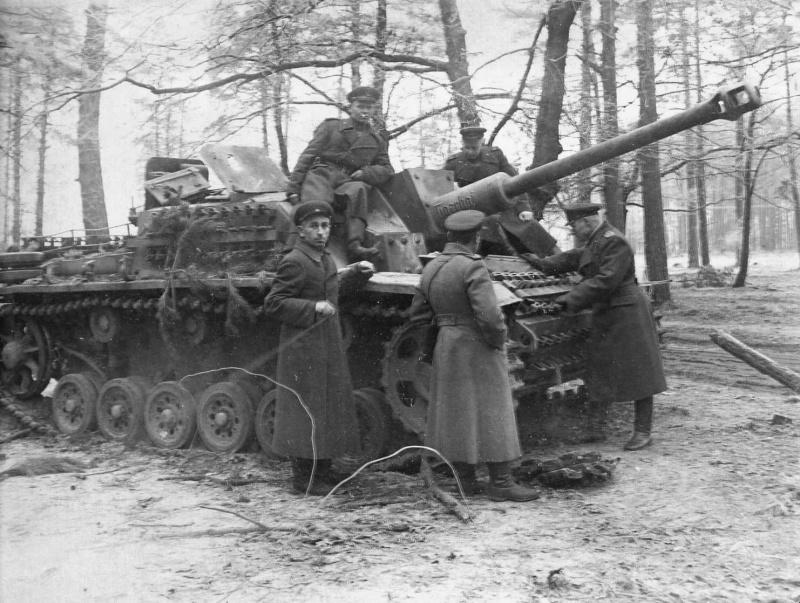Офицеры 238-й тяжелой гаубичной артиллерийской бригады осматривают захваченную немецкую САУ StuG III Ausf.G. Машина имела собственное имя «Tigerhai» (Тигровая акула)
