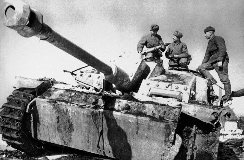 Солдаты 3-го Украинского фронта рассматривают снаряд захваченной немецкой самоходки StuG III Ausf. G на дороге в Никополь