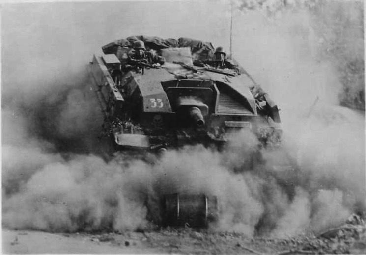 Красивая динамичная фотография атакующей немецкой <a href='https://arsenal-info.ru/b/book/496352779/6' target='_self'>самоходно-артиллерийской установки</a> класса штурмовых орудий StuG III Ausf.B в Гомеле