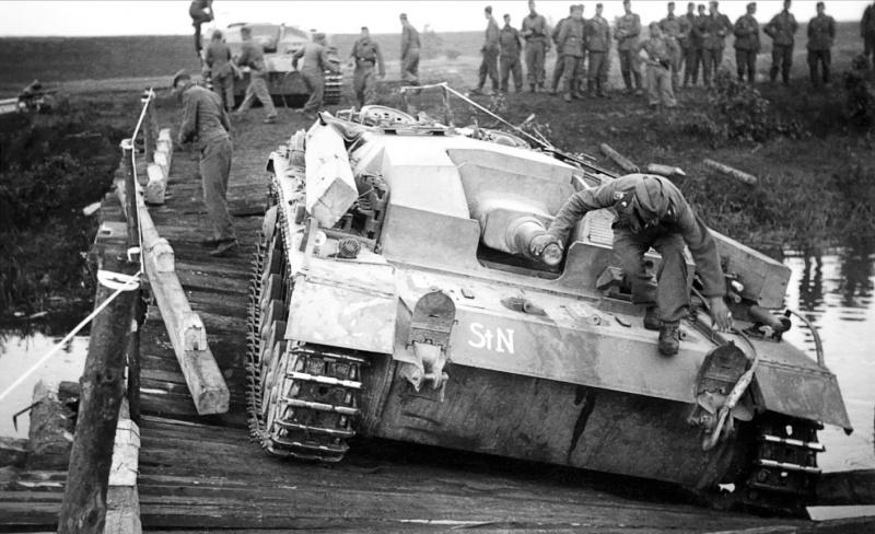 САУ StuG III Ausf. B 201-й бригады штурмовых орудий (Sturmgeschütz-Brigade 201) вермахта на провалившемся мосту