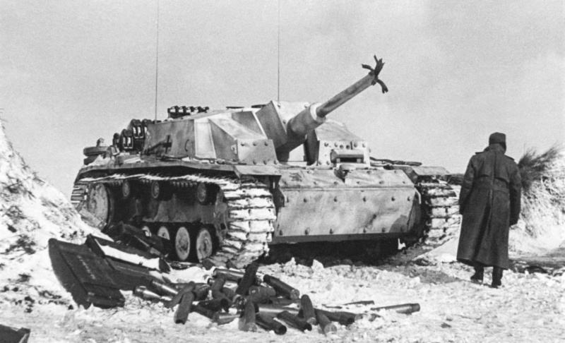 Солдат вермахта у поврежденной САУ StuG III Ausf. G (выпущенной заводом Alkett в период декабрь 1942 – январь 1943) 904-го батальона штурмовых орудий (Sturmgeschütz-Abteilung 904) в районе Курска