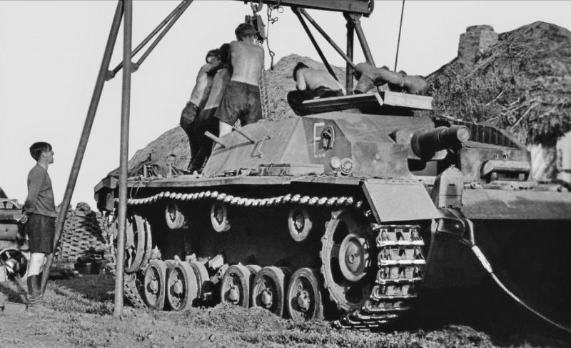 Немецкие механики производят работы на двигателе САУ StuG. III Ausf. B (выпущенной заводом Alkett в период июня 1940 – марта 1941 г.) на Восточном фронте