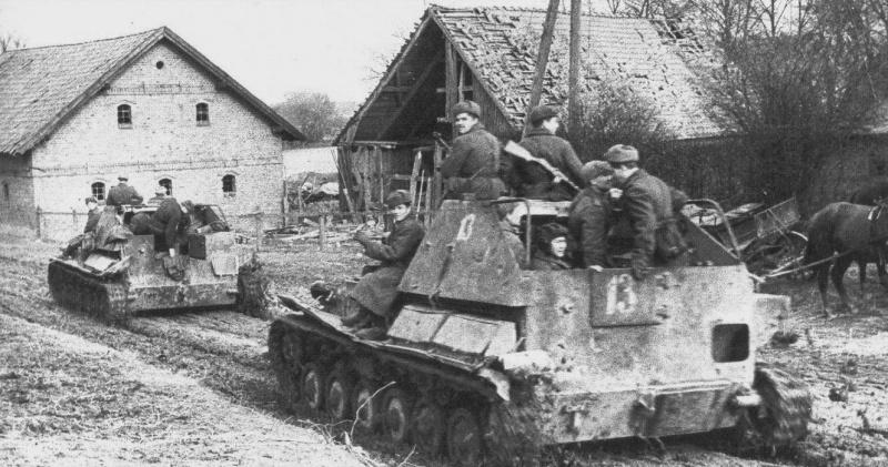 Советские САУ СУ-76 с десантом направляются к последним немецким позициям в Вислинском заливе. Район города Хайлигенбайль (в настоящее время город Мамоново в Калининградской области).