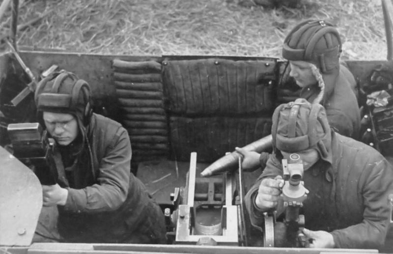 Экипаж советской САУ СУ-76М в готовности к ведению огня по противнику.