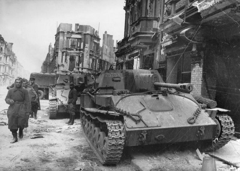 Советские САУ СУ-76М на одной из улиц Берлина