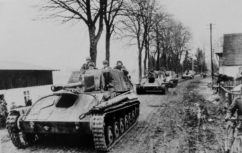Колонна советских САУ СУ-76M входит в населенный пункт в северной части провинции Померания (Pommern)