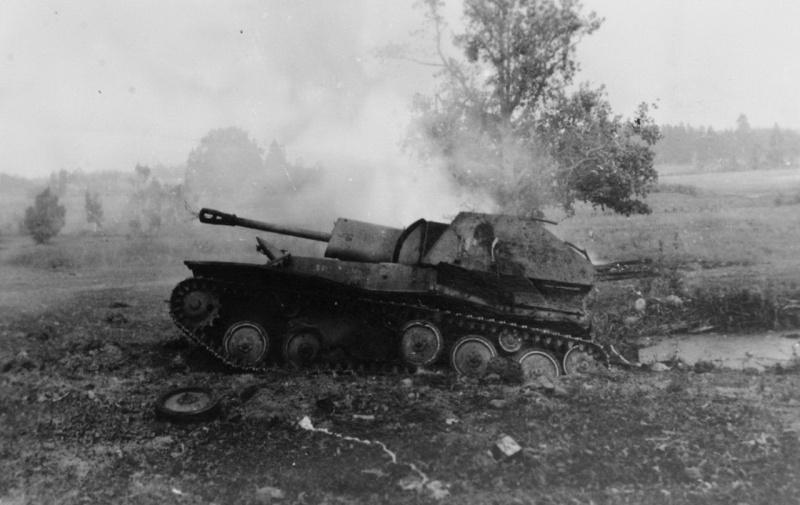 Советская легкая самоходная артиллерийская установка СУ-76М, подбитая и горящая у поселка Освея Верхнедвинского района Витебской области