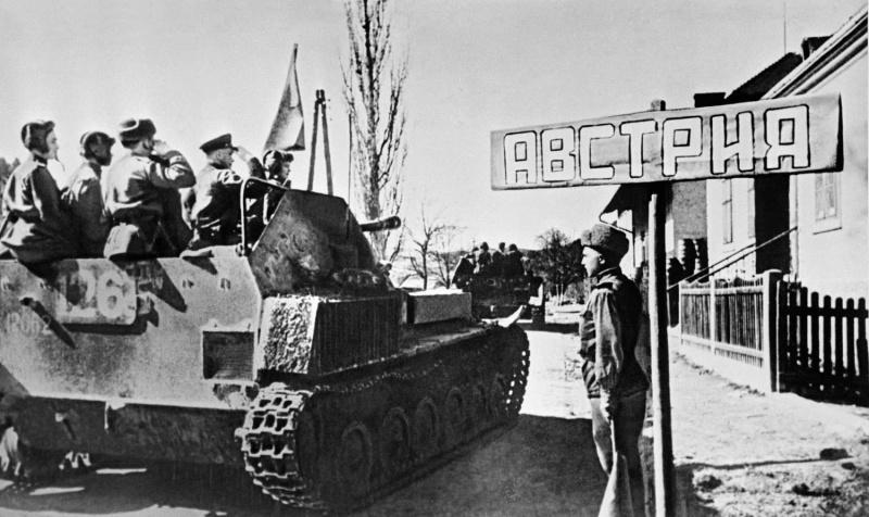 Самоходные артиллерийские установки СУ-76М советского 1513-го <a href='https://arsenal-info.ru/b/book/3099897582/67' target='_self'>самоходного артиллерийского полка</a> пересекают венгро-австрийскую границу. Впереди САУ с бортовым № 126.
