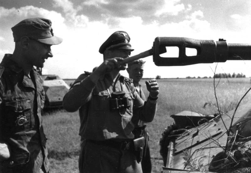 Офицеры 9-го панцер-гренадерского полка СС «Германия» 5-й танковой дивизии СС «Викинг» осматривают советскую САУ СУ-76, подбитую в боях к востоку от Варшавы летом 1944 года