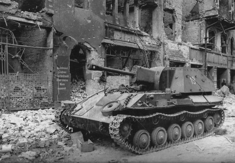 САУ СУ-76 - фото на улицах разрушенного Берлина
