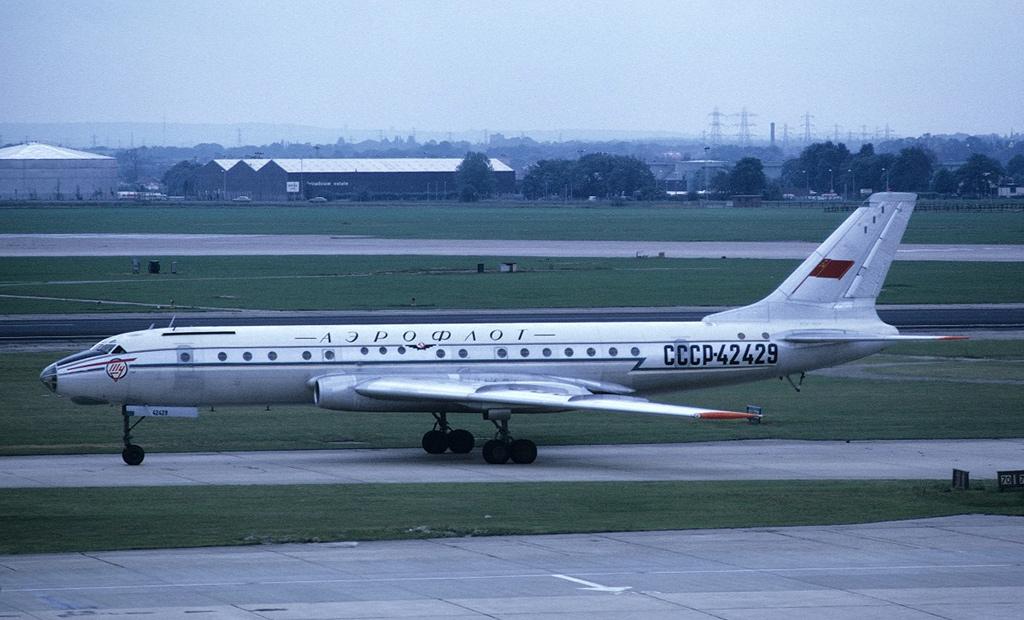Ту-104 - первый советский реактивный пассажирский самолет