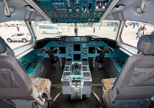 Кабина пилотов Ту-344