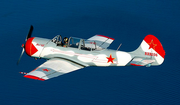 Самолет Як-52 фото над океаном