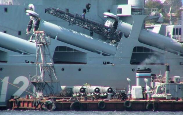 Погрузка боезапаса на ракетный крейсер 'Москва' пр.1164
