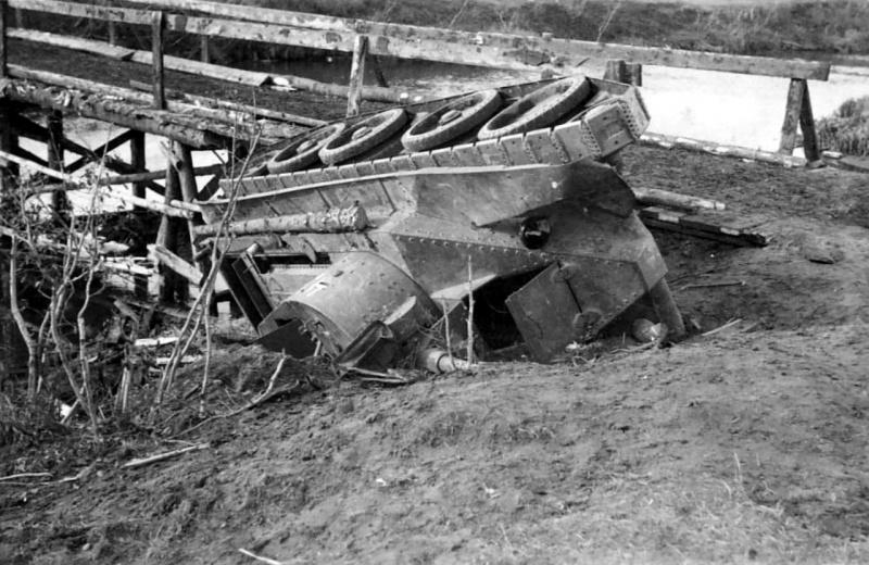 Советский легкий танк БТ-5, завалившийся на бок у деревянного моста