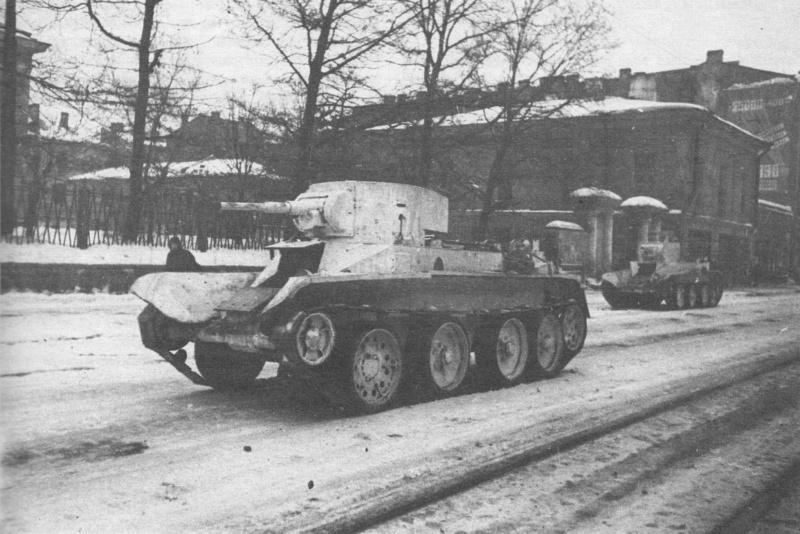 Танки БТ-5 направляются на фронт по проспекту Володарского у больницы имени В.В.Куйбышева в блокадном Ленинграде