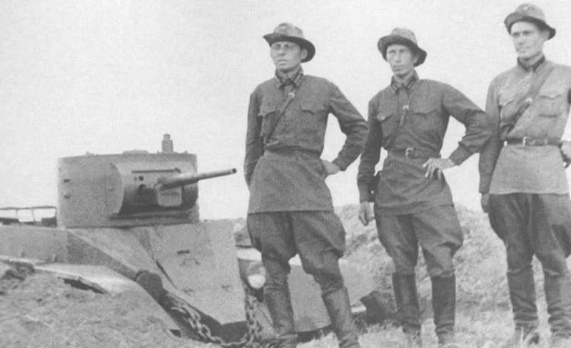 Танкисты 11-й советской танковой бригады у танка БТ-5 на Халхин-Голе