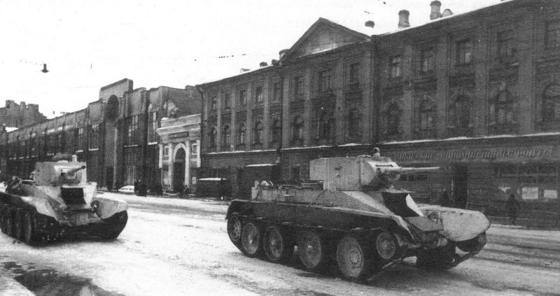 Блокадный Ленинград. Танки БТ-5 направляются на фронт по проспекту Володарского (ныне Литейный проспект)
