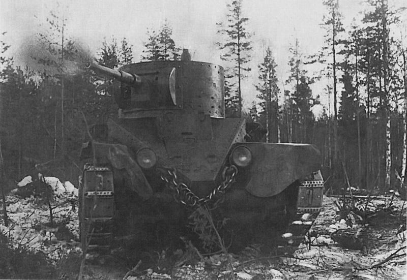 Советский танк БТ-5 ведет огонь по финскому ДОТу на Карельском перешейке