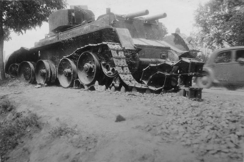 Советский легкий танк БТ-5, брошенный и уничтоженный экипажем