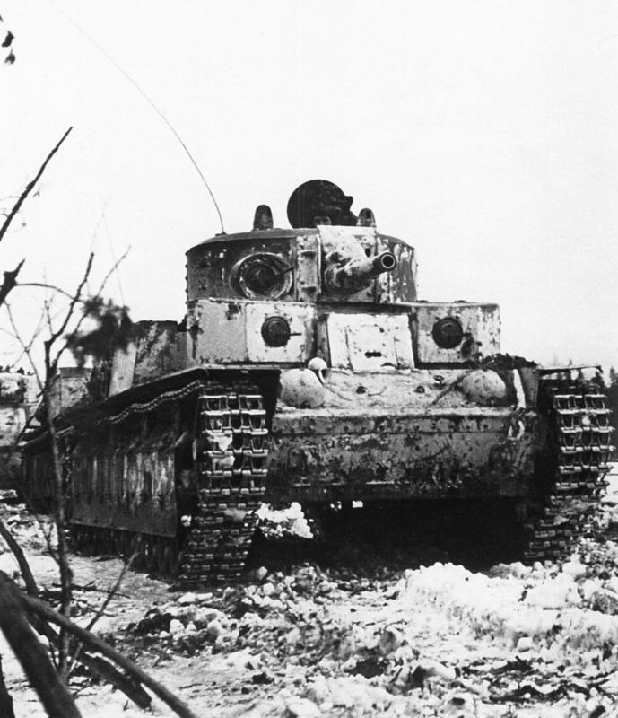 Колонна танков Т-28 из состава 90-го танкового батальона 20-й тяжелой танковой бригады выдвигаются на рубеж атаки