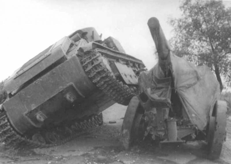 Брошенный советский средний танк Т-28, наехавший на 76-мм полуавтоматическую зенитную пушку 3-К образца 1931 года на повозке ЗУ-29
