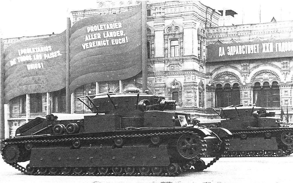 Танки Т-28 образца 1936 года проходят в составе парада по Красной площади. Москва, 7 ноября 1939 года