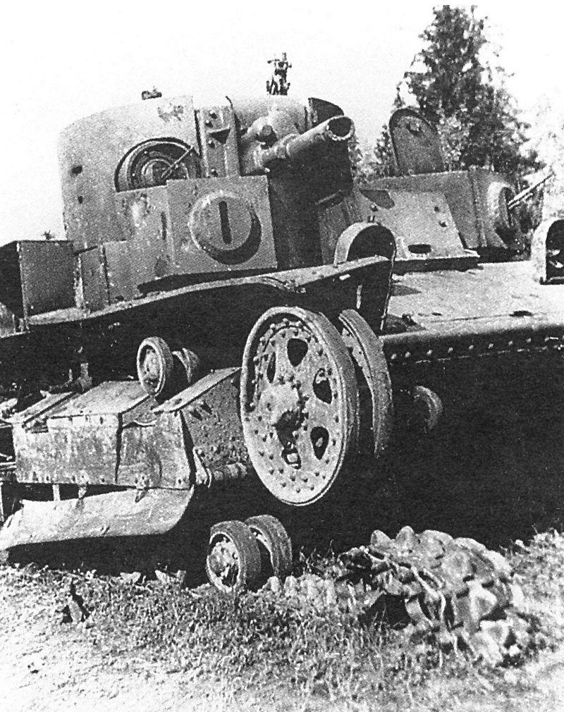 Экранированный Т-28 с пушкой Л-11, подбитый немецкой <a href='https://arsenal-info.ru/b/book/1671492103/2' target='_self'>противотанковой артиллерией</a>. Северо-Западный фронт, август 1941 года