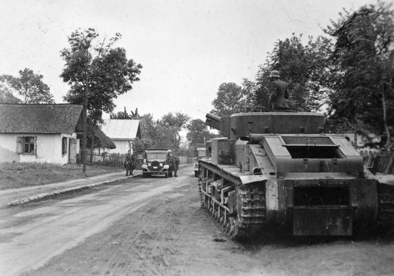 Советский средний танк Т-28, брошенный в населенном пункте из-за неисправности ходовой части
