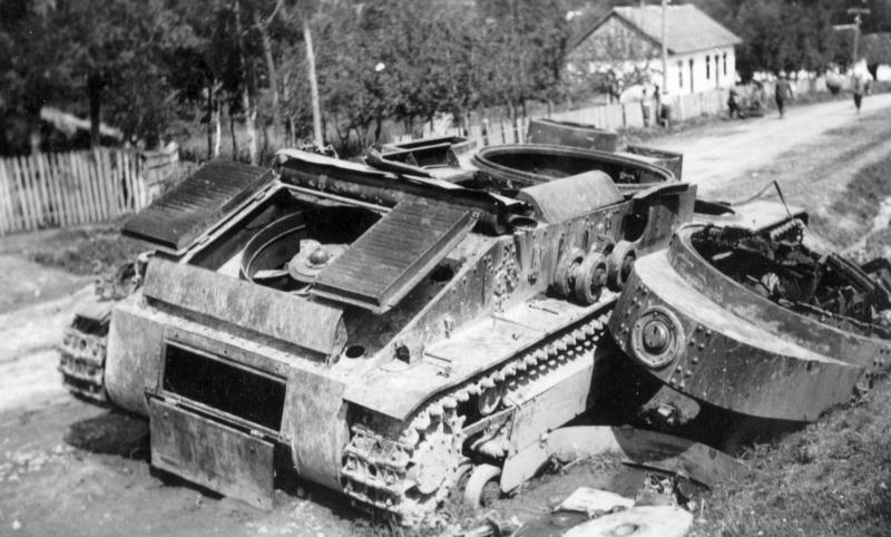 Советский средний танк Т-28, уничтоженный собственным экипажем в населенном пункте