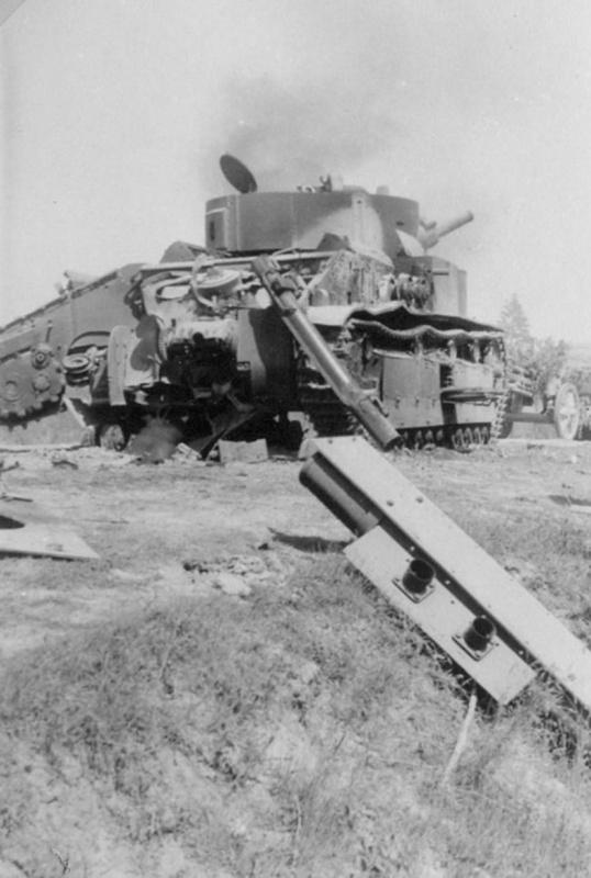 Советский средний танк Т-28, уничтоженный на дороге собственным экипажем