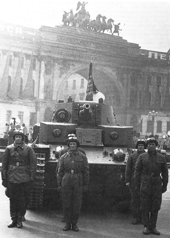 Танк Т-28 с конической башней на параде 7 ноября 1940 года на площади Урицкого (ныне Дворцовой площади) в Ленинграде.