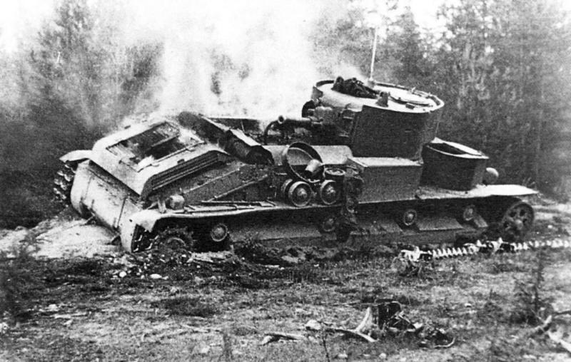 Брошенный и подоженный экипажем советский танк Т-28