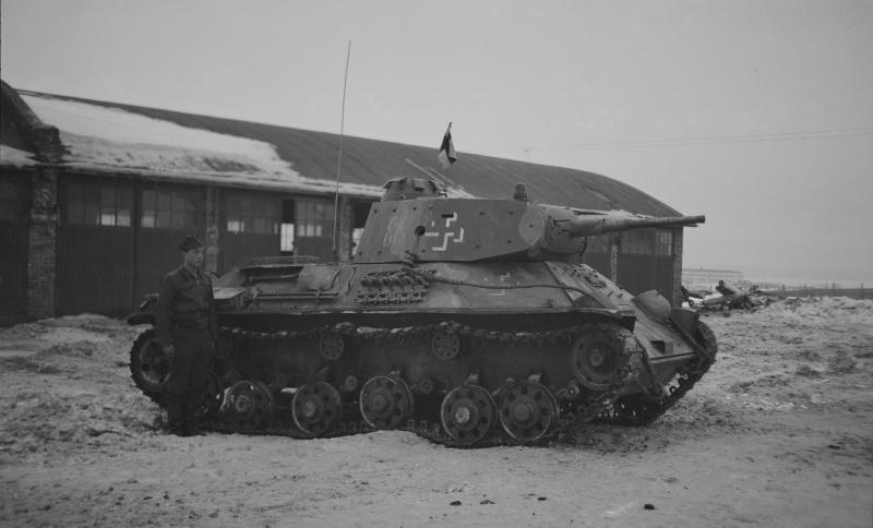 Финский танкист рядом с трофейным советским танком Т-50