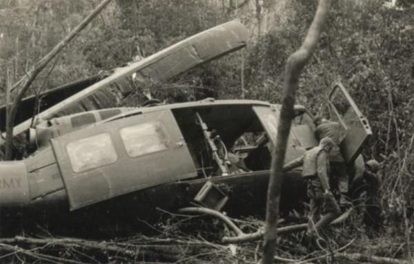 Фото вертолета Белл UH-1 «Ирокез» сбитого во Вьетнаме