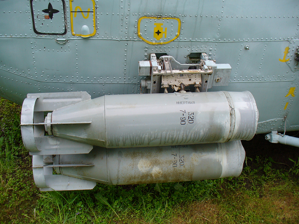 Глубинные бомбы, подвешенные к противолодочному вертолёту Ка-27