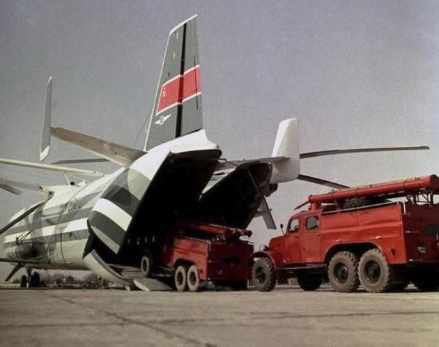 Вертолет Ми-12 - фото погрузки пожарных машин