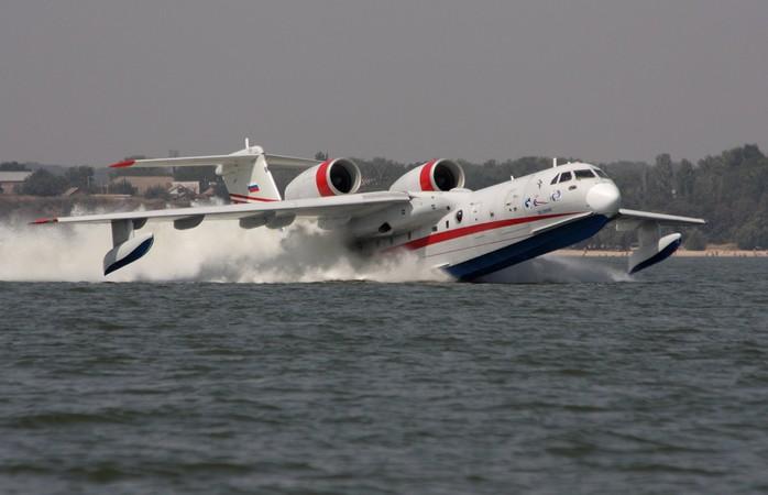 Фото самолета Бе-200 сбрасывающего воду