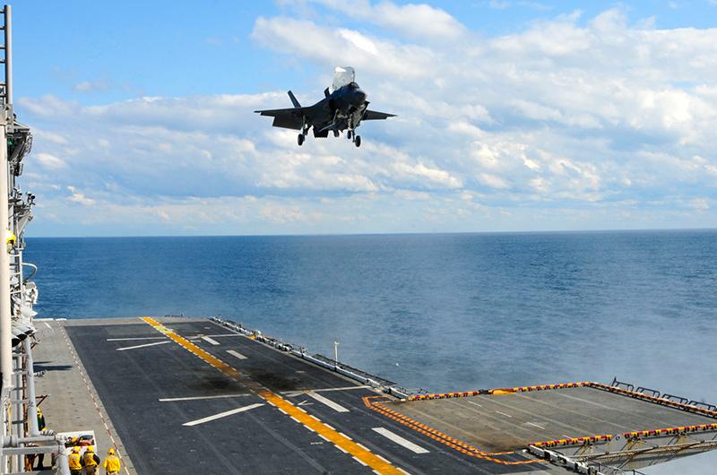 Вертикальная посадка F-35B на палубу УДК 'Уосп'