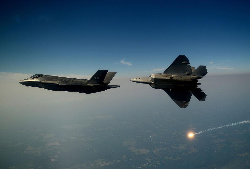 F-35A (спереди) и F-22 Raptor (сзади)