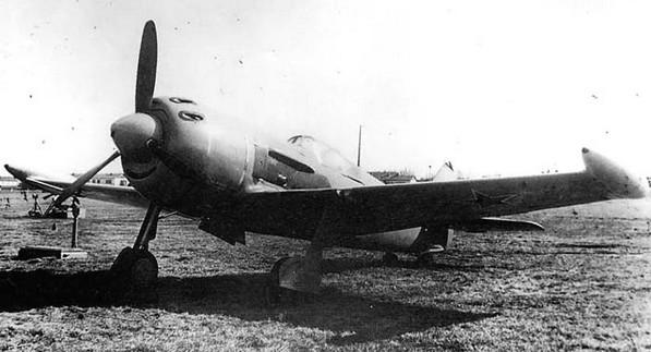 Ла-11 с дополнительными топливными баками