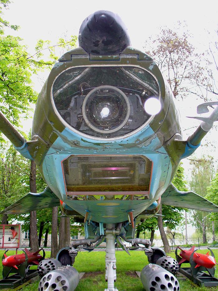 Оптические окна лазерно-телевизионной прицельной системы «Кайра-23» самолёта МиГ-27К