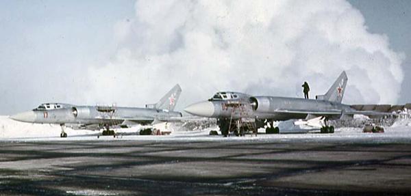 Пара Ту-128 на аэродроме