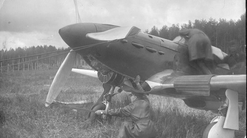 Самолет истребитель Як-1 первых серий, запуск двигателя вручную, капот маслорадиатора снят. У самомолета, предположительно, В.А. Иванов.