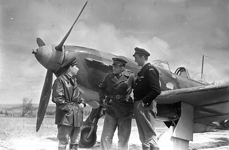 Французские летчики из состава эскадрильи «Нормандия-Неман», сражавшиеся с немцами на нашем фронте: младший летчик Жозеф Риссо, лейтенант Дервиов и лейтенант Ноэль Кастелен. На заднем плане истребитель Як-1Б.