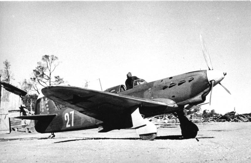 Истребитель Як-1 старшего лейтенанта Е.В. Петренко (1918 — 1976) из 20-го истребительного авиаполка ВВС Северного флота на аэродроме Ваенга-1