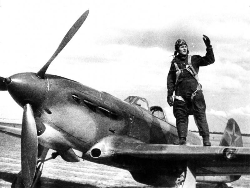 Летчик 562-го истребительного авиаполка ПВО Герой Советского Союза майор И.Н. Калабушкин на крыле истребителя Як-1Б