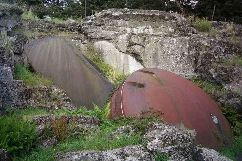 Опрокинутая броневая башня для двух 120-мм орудий и разрушенный взрывом порохового погреба монолит бельгийского форта Лонсен