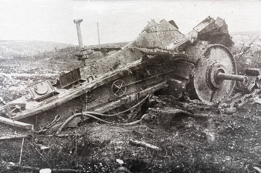 Орудие Большая Берта, разрушенная взрывом. Скорее всего, в стволе сдетонировал ее собственный снаряд