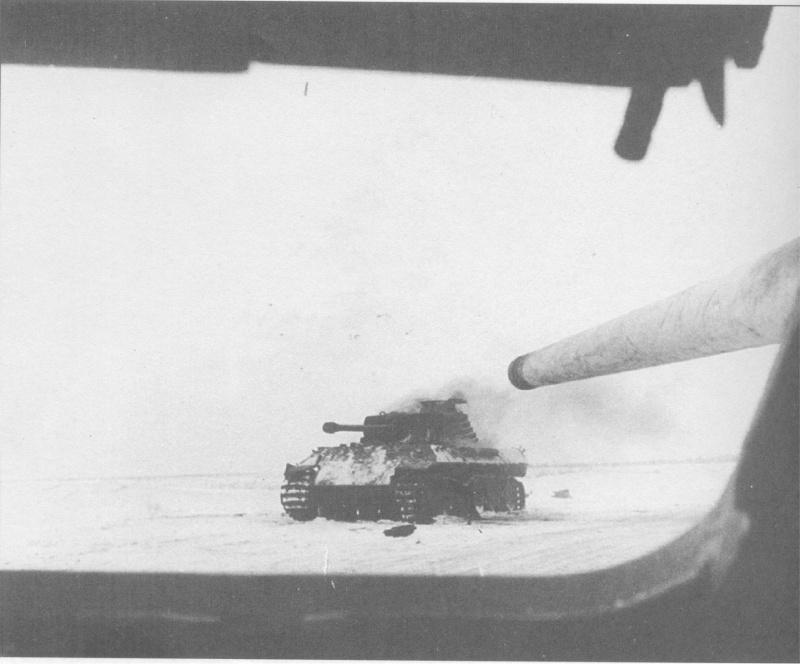 Немецкий танк Pz.Kpfw V «Пантера», подбитый САУ СУ-85 под командованием лейтенанта Кравцева. Украина, 1944 год. Фотография сделана из люка механика-водителя.